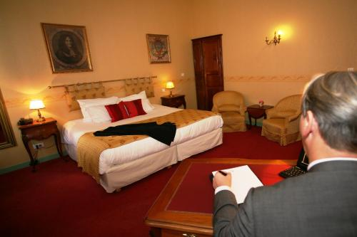 A bed or beds in a room at Hôtel Riquet Resort & Spa