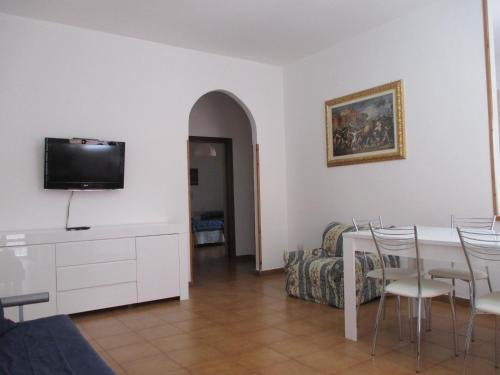 "A television and/or entertainment centre at Palinuro casa vacanze ""Donna Antonia"""