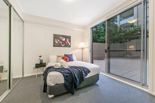 A bed or beds in a room at North Sydney AREA 2BED APT Killara Station