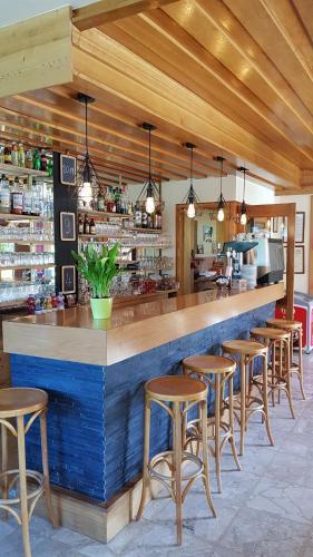 Salon ou bar de l'établissement Hôtel Plein Soleil
