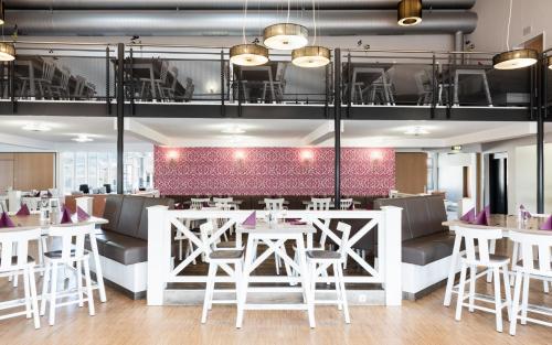 Ein Restaurant oder anderes Speiselokal in der Unterkunft Donna Hotel Klosterhof