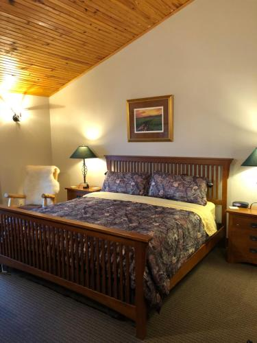 A bed or beds in a room at Comstock Premier Lodge LLC