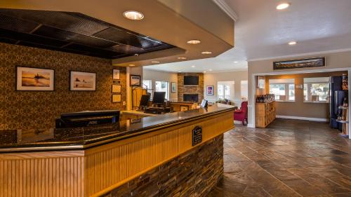 The lobby or reception area at Best Western Inn at Face Rock