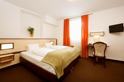 Ein Bett oder Betten in einem Zimmer der Unterkunft Hotel Goldene Krone Innsbruck