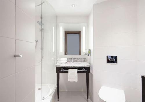 A bathroom at Hampton by Hilton Dundee