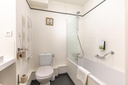 Salle de bains dans l'établissement Karma Manoir des Deux Amants