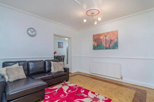 A seating area at 6 Bedroom Terraced House - Chatham