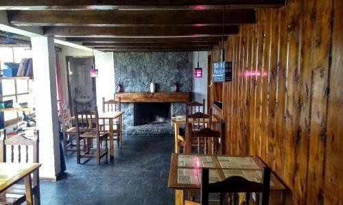 Un restaurant u otro lugar para comer en Universal Traveller's Hostel