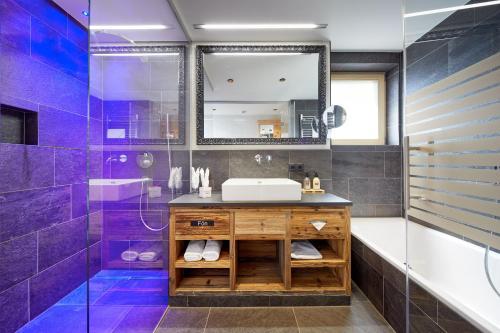 Een badkamer bij Hotel Tirol Fiss