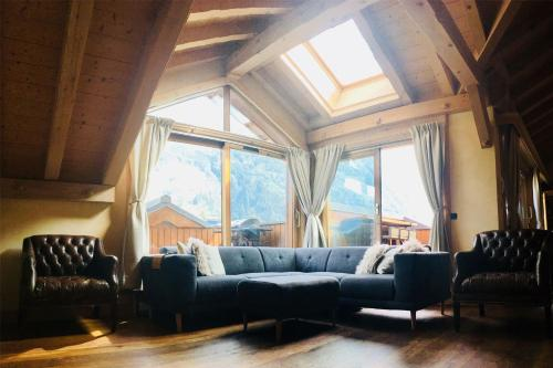 A seating area at APARTMENT LONGVIEW - Central Chamonix - Sleeps 8