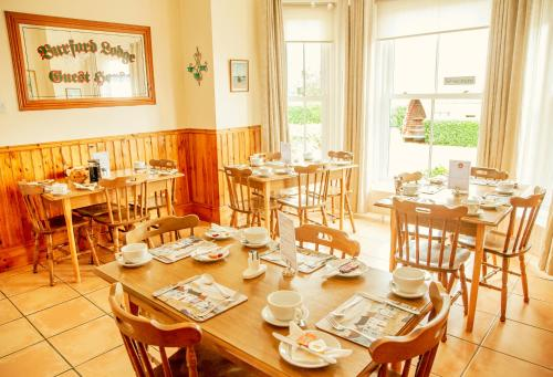 A restaurant or other place to eat at Burford Lodge Guest House