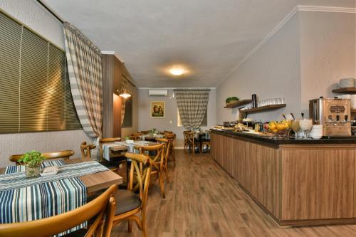 A restaurant or other place to eat at Pousada Solar da Serra