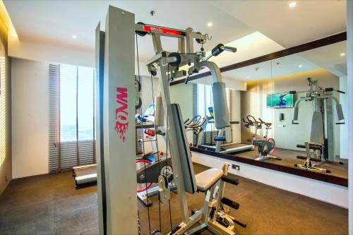 The fitness center and/or fitness facilities at Best Western Plus Maple Leaf