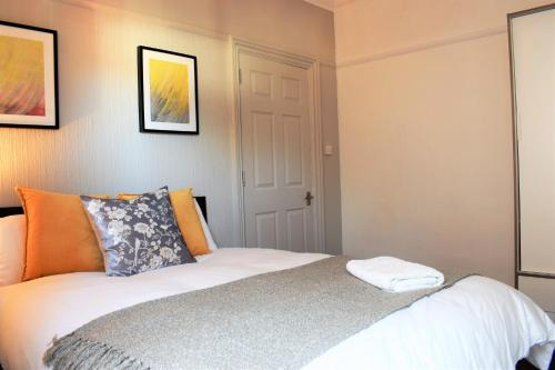 Spacious Contractor House for Large Groups - parking available by Sussex Short Lets