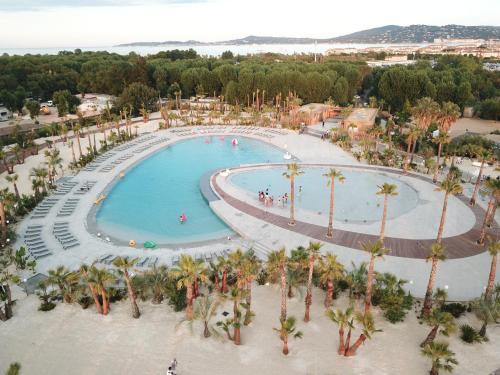 Vue sur la piscine de l'établissement Mobil Homes Vacances ou sur une piscine à proximité