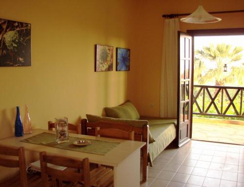 O zonă de relaxare la Apartments Karpetis a green paradise