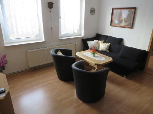 Ein Sitzbereich in der Unterkunft Ferienwohnung Zahn