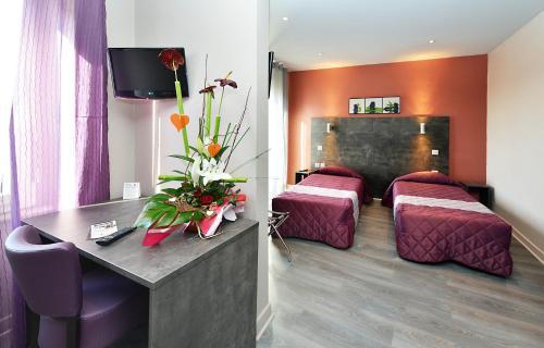 Télévision ou salle de divertissement dans l'établissement Hôtel Concorde - Rodez Centre Ville