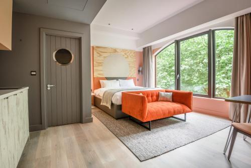 A seating area at room2 Southampton Hometel