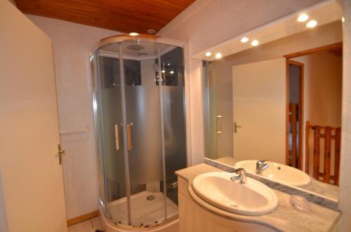 A bathroom at Apartments Gite le Picors