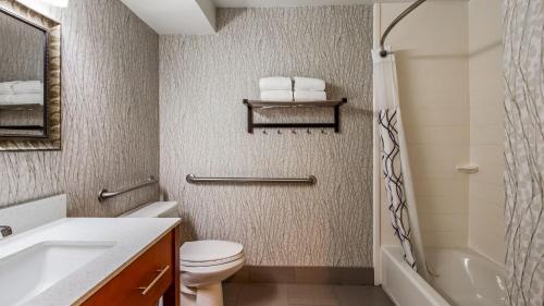 A bathroom at Best Western Plus Jackson Downtown Coliseum