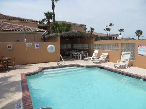 Super 8 by Wyndham South Padre Islandの敷地内または近くにあるプール