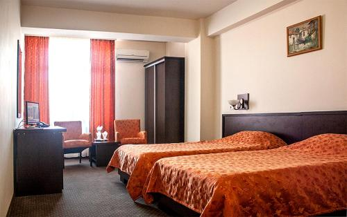 A bed or beds in a room at Hotel Yaky Center