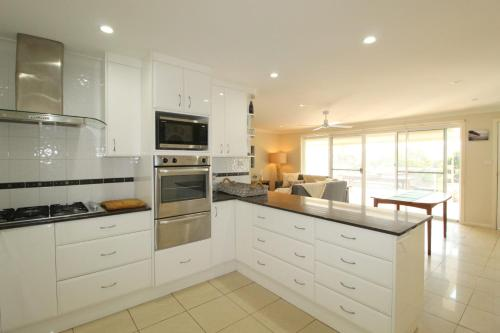 A kitchen or kitchenette at Barefoot, 32 Skyline Crescent, Crescent Head