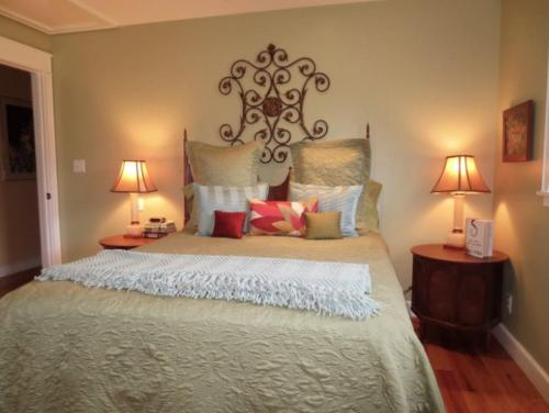 A bed or beds in a room at Fairview Cottage