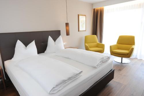 A bed or beds in a room at Hotel Vier Jahreszeiten