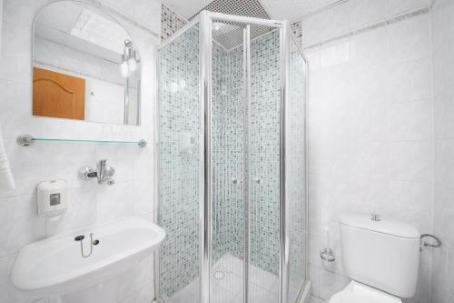 A bathroom at Hotel Nikolas