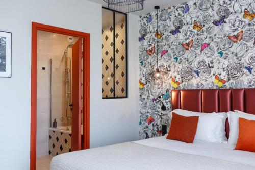 A bed or beds in a room at Hotel Verlaine