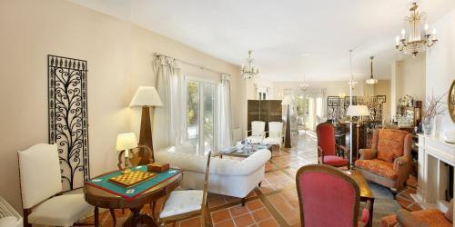 A seating area at Hotel Santa Coloma del Camino