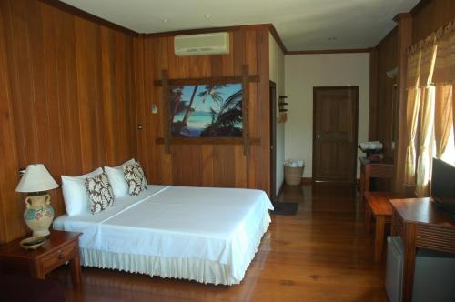 A bed or beds in a room at The Mangrove Hideaway Kohchang