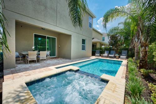 The swimming pool at or close to Encore Resort Reunion 8 Bd Sleeps 17 w Pool & Spa Close to Disney 461
