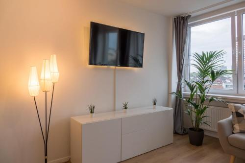 A television and/or entertainment centre at Business Apartment mit Blick auf die Skyline von Essen