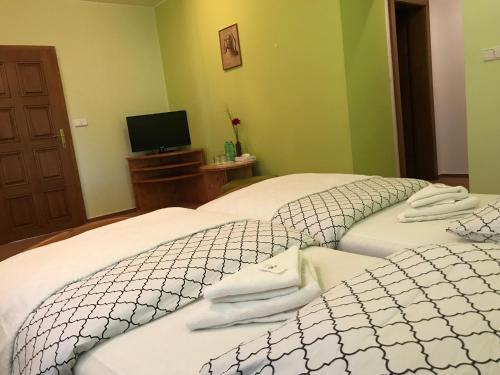 Postel nebo postele na pokoji v ubytování Restaurace a Penzion Lešná