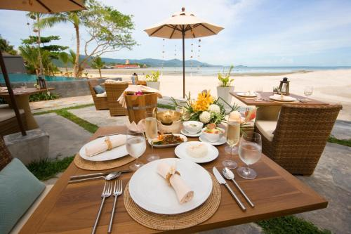 A restaurant or other place to eat at Deva Beach Resort Samui
