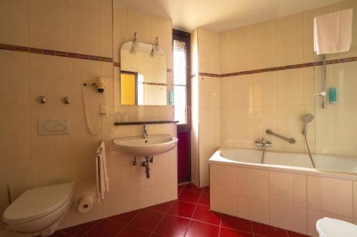A bathroom at Hotel Villa am Rhein