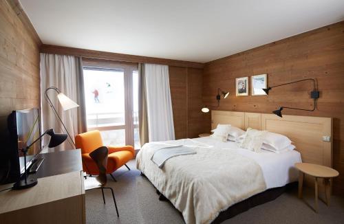 A bed or beds in a room at Hôtel des Trois Vallées