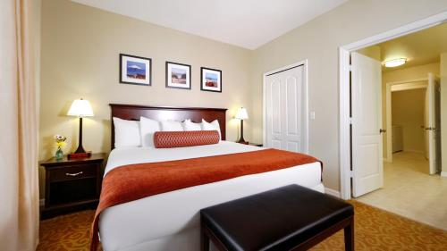 A bed or beds in a room at Calypso Cay Vacation Villas