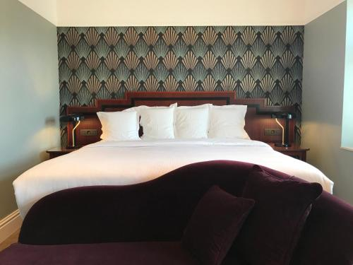 A bed or beds in a room at Gatsby Hotel Blankenberge - Adults Only