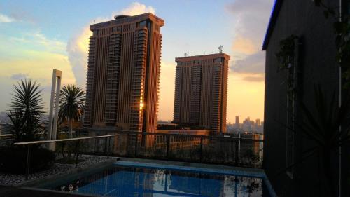 المسبح في Bintang Fairlane Residences أو بالجوار