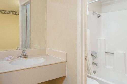 A bathroom at Travelodge by Wyndham San Clemente Beach