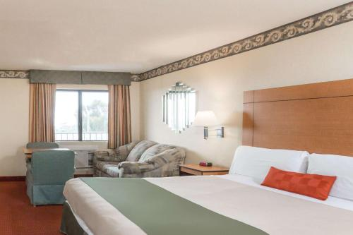 A bed or beds in a room at Travelodge by Wyndham San Clemente Beach