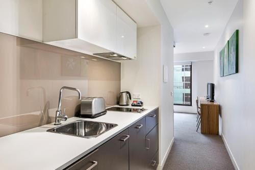 A kitchen or kitchenette at Seasons Heritage Melbourne