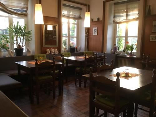 A restaurant or other place to eat at Hotel zur Eiche