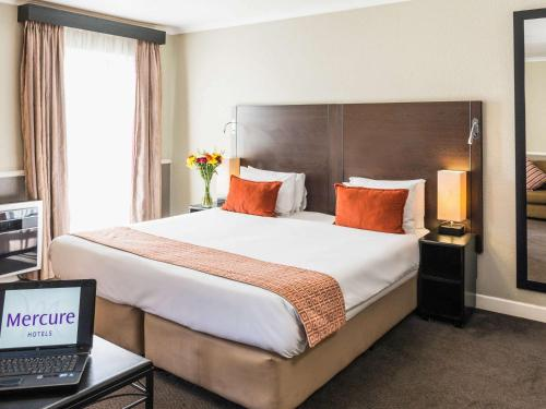 A bed or beds in a room at Mercure Hotel Bedfordview
