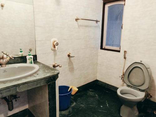 A bathroom at Tsechu Homestay