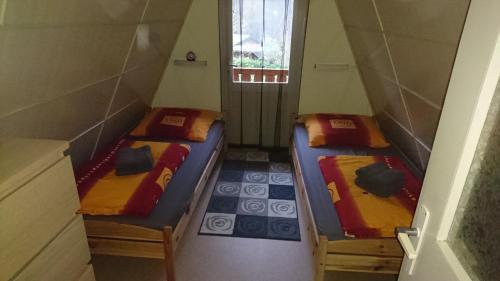 Ein Bett oder Betten in einem Zimmer der Unterkunft Ferienhaus Zum See